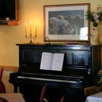 Klavier im Frühstücksraum